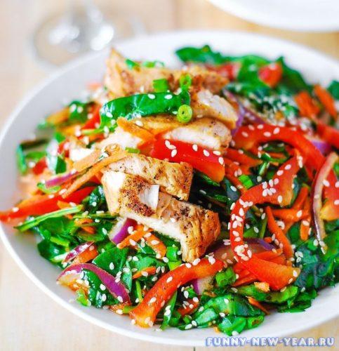 Салат с курицей овощами и кунжутом