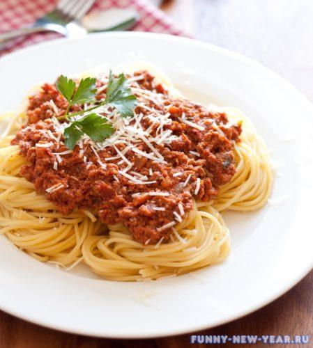 Спагетти с томатно-мясной подливой
