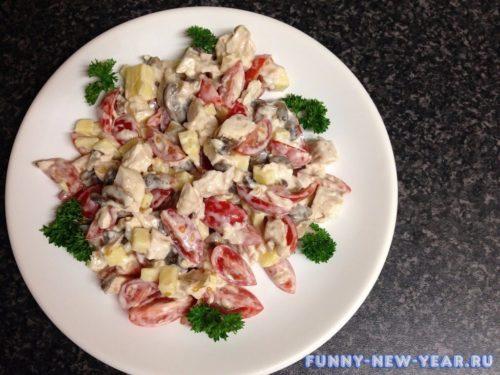 Салат с грибами, курицей, сыром и помидорами