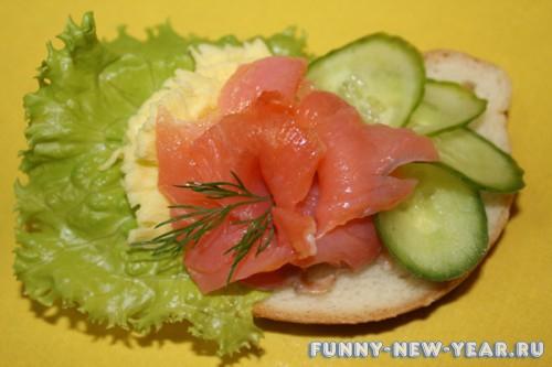 Бутерброд из красной рыбы с салатом