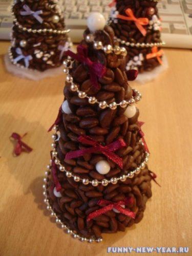елка из кофейных зерен