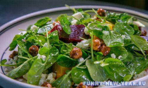 Салат со шпинатом и изюмом