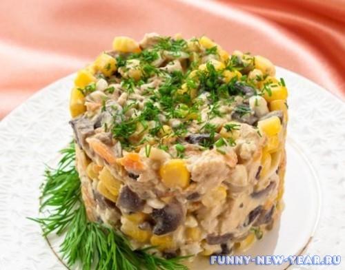 Быстрый салат с курицой, шампиньйонами и кукурузой