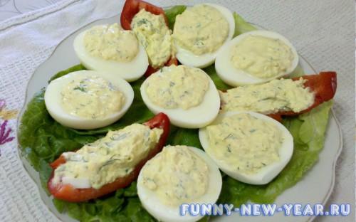 Фаршированные яйца с чесноком