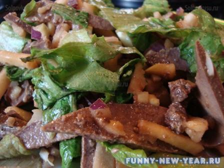Салат с тресковой печенью и яблоком