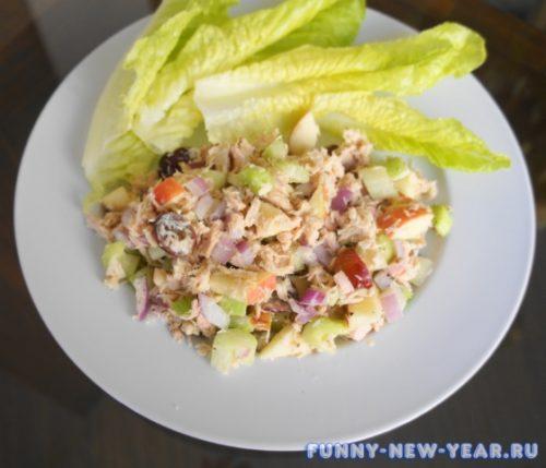 Салат с тунцом и фруктами