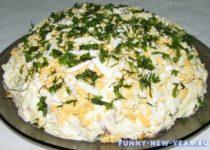 Шпротный салат с солеными огурцами