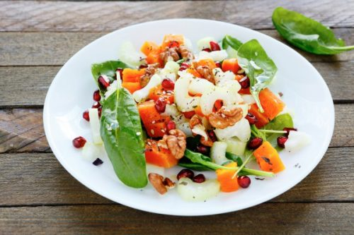 6 простых и вкусных рецептов салатов из шпината к новому году 2020