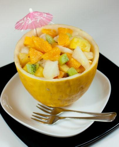 Фруктовый салат из дыни и ананаса