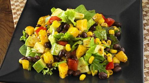 Салат с авокадо, овощами и фасолью