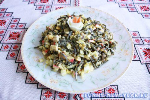 Салат с ламинарией и крабовых палочек